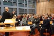 Urs Welte, Mitglied der Arbeitsgruppe, moderiert die Veranstaltung in der Hauptwiler Mehrzweckhalle. (Bild: Georg Stelzner)