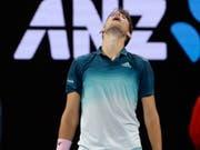 Am Ende seiner Kräfte: Dominic Thiem musste in der 2. Runde des Australian Open aufgeben (Bild: KEYSTONE/AP/MARK SCHIEFELBEIN)