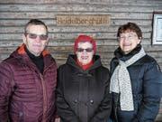 Alois und Ursula Erni mit Bürgerschreiberin Rebecca Roncoroni vor der Waldhütte Heidelberg. (Bild: PD)