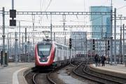 Noch Sorgenkind: Der neue Fernverkehr-Doppelstockzug der SBB «FV-Dosto» auf der Fahrt von Zürich nach Bern.Bild: Ennio Leanza/Keystone (Zürich, 19. November 2018)