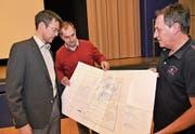 Sie versprechen einen immissionsärmeren Holzschnitzel-Wärmeverbund (von links): Gemeinderat Florian Spichtig, Qualitätsmanager Patrick Küttel und Projektplaner Fredy Rhein. (Bild: Romano Cuonz (16. Januar 2019))