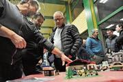 Die Besucher liessen sich über die «Madrano»-Pläne informieren. (Bild: Urs Hanhart, Bristen, 16. Januar 2019)