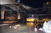 Blick auf ein zerstörtes Postauto. (Bild: Kapo GR)