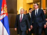 Der russische Präsident Wladimir Putin (l.) bei seinem Besuch im «befreundeten, brüderlichen Serbien» - daneben der serbische Präsident Aleksander Vucic. (Bild: KEYSTONE/EPA/ANDREJ CUKIC)