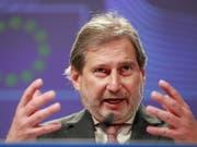 EU-Kommissar Johannes Hahn hat bereits im Dezember angekündigt, was nun schriftlich vorliegt: Die EU will Marktzugangsabkommen mit der Schweiz nicht aktualisieren, bis ein «befriedigendes Ergebnis für das Rahmenabkommen» vorliegt. Dies geht aus einem internen Schreiben der EU-Kommission hervor. (Bild: KEYSTONE/EPA/STEPHANIE LECOCQ)