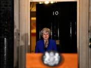 Die britische Premierministerin Theresa May hält es für ihre Pflicht, Grossbritannien aus der Europäischen Union zu führen - dies sagte May bei einer kurzfristig angekündigten Ansprache am späten Mittwochabend vor dem Regierungssitz in London. (Bild: KEYSTONE/AP/FRANK AUGSTEIN)