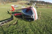 Der abgestürzte Helikopter auf dem Flugplatz Beromünster. (Bilder: Luzerner Polizei, 16. Januar 2019)