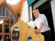 SVP-Nationalrat Adrian Amstutz (BE) will trotz Lockerung der Amtszeitbeschränkung nicht nochmals zu den Wahlen antreten. (Bild: Keystone/Peter Klaunzer)