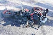 Unglück im Unglück: Nachdem der Motorradfahrer gestürzt war, schleuderte er auf die Gegenfahrbahn, wo er von einem Auto erfasst wurde. (Bild: Kapo)