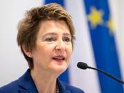 Bundesrätin Simonetta Sommaruga hat am Donnerstag vor einer Annahme der Zersiedelungsinitiative gewarnt. (Bild: KEYSTONE/PETER SCHNEIDER)