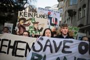 300 bis 350 meist junge Leute demonstrieren am Freitag im St.Galler Stadtzentrum wiederum für griffige Massnahmen gegen den Klimawandel. (Bild: Benjamin Manser - 18. Januar 2019)