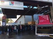 Kurz vor der Türöffnung: Anstehen für die Ferienmesse «Grenzenlos» vor den Olma-Hallen. (Bild: Seraina Hess - 18. Januar 2019)