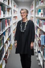 Geschichtsprofessorin Karin Fuchs in der Bibliothek der Uni Luzern. (Bild: Boris Bürgisser (16. Januar 2019))