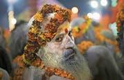 Die heiligen Männer, «Sadhus» genannt, sind das Herzstück des Pilgertreffens Kumbh Mela und feiern dort ihre Zusammenkunft mit Yoga, Gebeten und Marihuana. Bild: Rajesh Kumar Singh/AP (Allahabad, 15. Januar 2019)