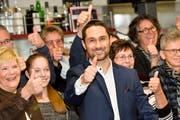 Kandidat Gabriel Macedo feiert sein überraschend gutes Wahlresultat. Es wird einen zweiten Wahlgang geben. (Bild: Donato Caspari / 25.11.2018)