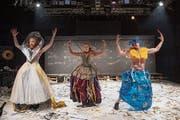 Sie tanzen in ihren schrillen Kostümen über Buchseiten: Die Performer der Kompagnie Rotes Velo. (Bild: Urs Bucher)