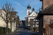 Dorfidylle pur: Die Dorfstrasse im Bereich der Pfarrkirche. (Bild: Boris Bürgisser (Ebikon, 18. Januar 2019))