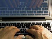 Ein Mann soll seine Tochter mehrfach vergewaltigt und sie auf Dating-Seiten im Internet angeboten haben. (Bild: KEYSTONE/AP/DAMIAN DOVARGANES)