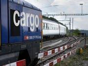 SBB Cargo ist nach tiefroten Zahlen wieder in die Gewinnzone zurückgekehrt. (Bild: KEYSTONE/GAETAN BALLY)