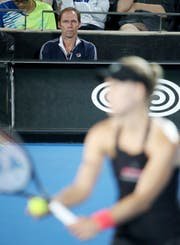 Ex-Profi Rainer Schüttler beobachtet als neuer Coach die Spielerin Angelique Kerber. (Bild: Rick Rycroft/AP (Sydney, 10. Januar 2019))
