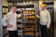 Bäcker Bruno Bucher (rechts) geht in Pension und übergibt seine Bäckerei an Beat Kohler. Bild: Boris Bürgisser (Emmenbrücke, 18.Januar 2019)