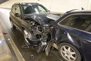 Ein Autofahrer bremste zu spät ab und prallte gegen das Heck eines anderen Fahrzeugs. (Bild: Luzerner Polizei (Buchrain, 17. Januar 2019))