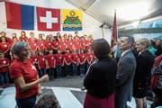 Bundesrat Ignazio Cassis geniesst den Auftritt der Kinder des Chores der Grundschule von Collina d'Oro während eines Festaktes zu seinen Ehren. (Bild: Francesca Agosta/Ti-Press (Montagnola, 18. Oktober 2017))