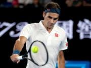 Fokussiert und überlegen: Roger Federer steht am Australian Open ohne Satzverlust im Achtelfinal (Bild: KEYSTONE/AP/KIN CHEUNG)