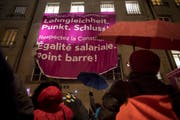Vor einem Jahr demonstrierten in Bern Teilnehmerinnen am 13. SGB-Frauenkongress für Lohngleichheit. (Bild: key/Anthony Anex)