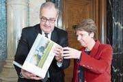 Guy Parmelin bei der Departementsübergabe des VBS an Nachfolgerin Viola Amherd. Bild: Peter Schneider/Keystone (Bern, 20. Dezember 2018)
