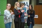 Die Finalistinnen des Kanti Cups von «Jugend debattiert» in der Kategorie I: (von links) Liv Kloth (3.), Marie Weise (3.), Sina Meyer (2.) und Siegerin Giuanna Largiadèr. (Bild: Dominik Wunderli (18. Januar 2019))