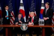 Heisst das amerikanisch-nordkoreanische Gipfeltreffen gut: Südkoreas Präsident Moon Jae-In (sitzend links) hier mit Donald Trump an der UN-Generalversammlung. (Evan Vucci/AP Photo (New York, 24. September 2018))
