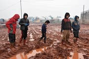 Kinder ausserhalb des Flüchtlingscamps Al-Ihsan in Idlib. Bild: Muhammed Abdullah/Getty (15. Januar 2019)