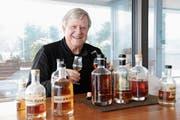Dolf Stockhausen degustiert bei sich zu Hause verschiedene Destillate. (Bild: Philipp Unterschütz, Hergiswil, 11. Januar 2019)
