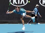 Roger Federer lobt das Spiel von Stefanos Tsitsipas als «attraktiv und athletisch». (Bild: Mark Schiefelbein/AP Photo (Melbourne, 14.Januar 2019))