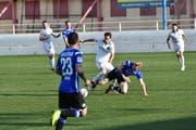 Der St. Galler Jordi Quintillá setzt sich im Mittelfeld gegen einen Bielefeld-Akteur durch.