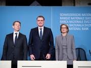 Das SNB-Direktorium warnt seit längerer Zeit vor möglichen Schäden durch die niedrigen Zinsen am Immobilienmarkt. SNB-Präsident Thomas Jordan (Bildmitte), Vizepräsident Fritz Zurbrügg (links) und Direktoriumsmitglied Andrea Mächler (rechts) haben die SNB-Politik Ende 2018 bekräftigt. (Bild: KEYSTONE/ANTHONY ANEX)