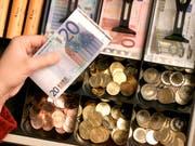 Die europäische Zentralbank EZB hat die jährliche Obergrenze für die Herstellung von Euro-Münzen festgelegt. (Bild: KEYSTONE/AP/MICHAEL SOHN)