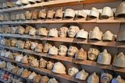 Sammlung im Atelier Steiger mit teils über 150 Jahre alten Modellen von Masken. (Bild: Josias Clavadetscher)