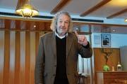 Der Regisseur Jean Grädel gibt den Winnetou-Komparsen seine Vorstellungen bekannt. (Bild: Philipp Unterschütz (Engelberg: 19. Januar 2019))