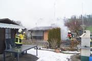 Die Feuerwehr löscht das Feuer. (Bild: Zuger Polizei)