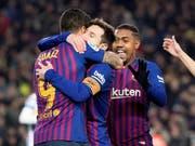 Lionel Messi liess sich nach einem Tor und einem Assist nach seiner Einwechslung von seinen Teamkollegen feiern (Bild: KEYSTONE/EPA EFE/MARTA PEREZ)