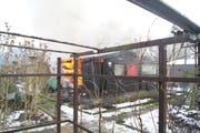 Ein Gartenhaus steht in Flammen. (Bild: Zuger Polizei)