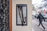 Sprayereien am Eingang der Museumsstrasse 35, der Adresse von Walter Lochers Anwaltskanzlei. (Bild: Urs Bucher)