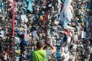 Berge von Abfall stapeln sich bei der Firma InnoRecycling. Sie stellt aus sortenreinen Kunststoffen hochwertiges Granulat her. Bild: Alexandra Wey/Keystone (Eschlikon, 22. August 2018)