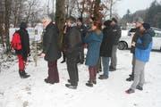 Die besorgten Anwohnerinnen und Anwohner informieren sich über den geplanten Bau von sieben Windkraftwerken. (Bild: Florian Beer)