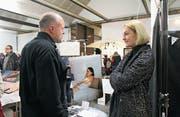 Schwellenabbau: Salome Lüthy im Gespräch mit einem Besucher. (Bild: Christine Luley)