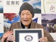Masazo Nonaka, der älteste Mann der Welt, ist im Alter von 113 Jahren gestorben. Im April 2018 war er vom Guiness-Buch der Rekorde mit einem Zertifikat bedacht worden, dass ihn als ältester Mann der Welt anerkannte. (Bild: KEYSTONE/AP Kyodo News/MASANORI TAKEI)