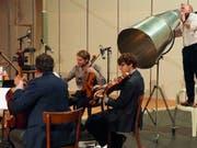 Das Henosode-Quartett und Klaus Brömmelmeier mit der Flüstertüte proben für den Theaterabend «Henosode» von Ruedi Häusermann. Uraufführung ist am 29. Januar 2019. (Bild: Schauspielhaus Zürich)