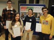 Die Finalistinnen und Finalisten des Kanti Cups von «Jugend debattiert» in der Kategorie II: (von links) Samuel Achermann (3.), Siegerin Alena Egli), Lia Blättler (2.) und Pablo Mathis (3.). (Bild: PD)